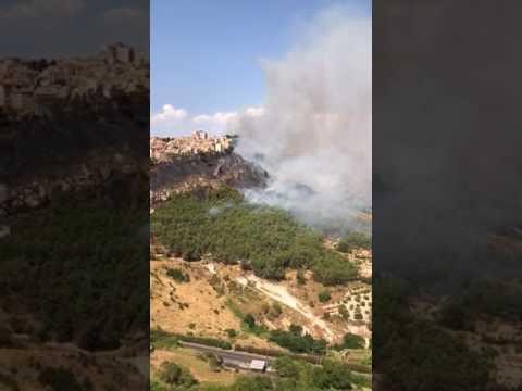 Le immagini dell'incendio ad Enna