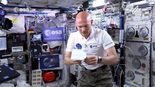 Alexander Gerst: Papierflieger und Mini-Heli (Flying Classroom)