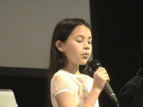 Natalie, 10 años, canta