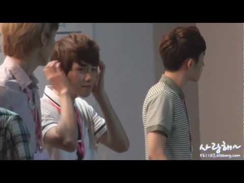 120812 EXO Baekhyun fixed his hair XD @ S.M. ART EXHIBITION