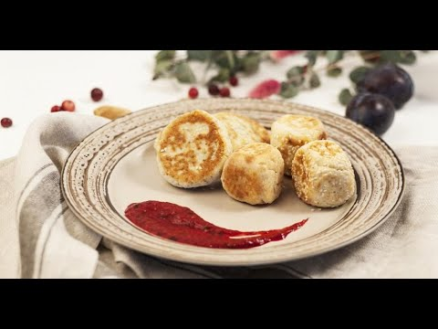 Безглютеновые сырники с сушёной клюквой и малиновым соусом  | Исключительная еда