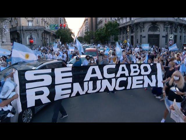 阿根廷衛生部長讓親友「走後門」先接種 民眾憤怒示威