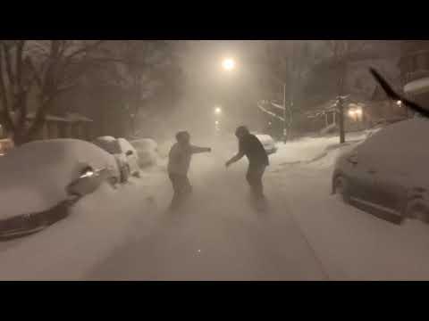 Дечки од Србија возат сноуборд по улиците во Чикаго