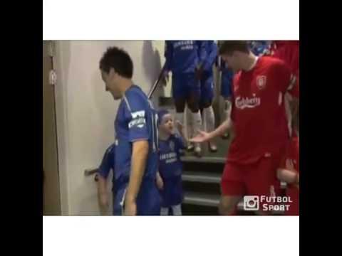 Bị cậu bé troll, Gerrard lấy tay vỗ lại