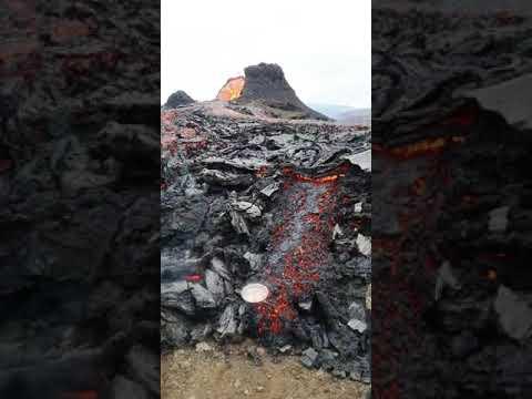 Маж пржи јајца и сланина на лавата од вулканот што еруптираше во Исланд