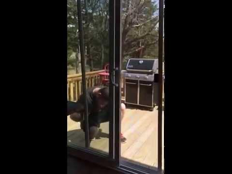 Деца бегајте, тато ја поправа лизгачката врата!