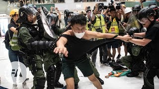 Hồng Kông: 28 người nhập viện sau khi đụng độ với cảnh sát trong trung tâm mua sắm