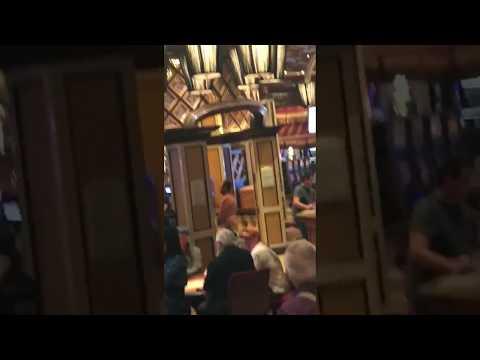 Un uomo nudo nella poker room del Bellagio