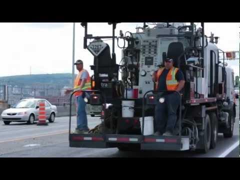 Vidéo: En 2012, l'ensemble du pont Jacques-Cartier à Montréal (2,5 km) a été repavé en moins de six jours. Un beau défi d'ingénierie et de construction pour minimiser les impacts sur la circulation.