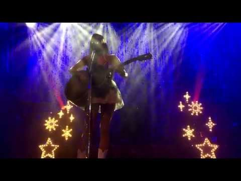 Kacey Musgraves cries and plays an emotional version of Merry Go Round (Live in Glasgow, Scotland)