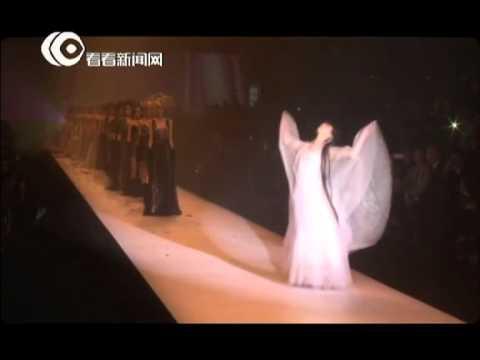 小彩旗助阵上海时装周婚纱秀 仙气十足翩翩起舞