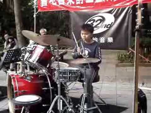 Adson Wang played drums at the park (卡加布列島) 2013/11/17