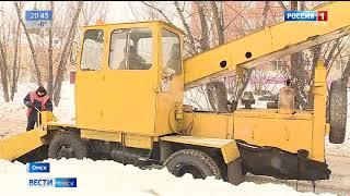 В Омске устраняют последствия обильного снегопада