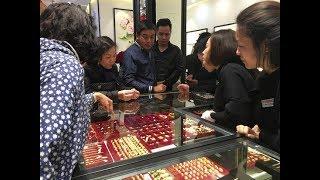 Tấp nập mua vàng ngày Vía Thần Tài | VTV24
