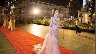 Elly Trần trình diễn áo dài xuyên thấu tại đường catwalk 800m trên phố đi bộ(tin tuc sao viet)