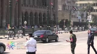 فيديو| سيدة تعترض موكب السيسي لدى مغادرته دار القضاء والامن يمنعها