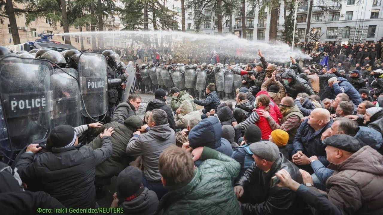 Тбилиси: силовики водометами разогнали противников Иванишвили