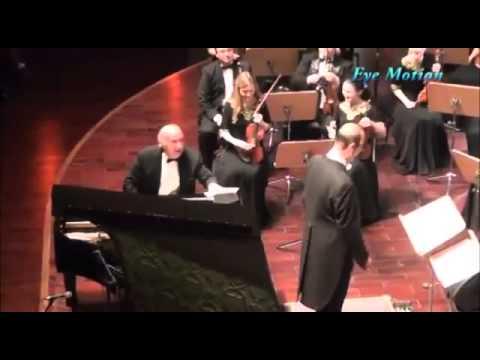 Кога виде дека публликата му го уништува настапот, диригентот реши да ги претвор во инструмент