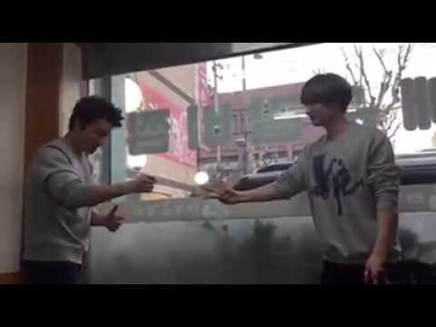 150308 Super Junior D&E (Donghae & Eunhyuk) Playing rock-paper-scissors