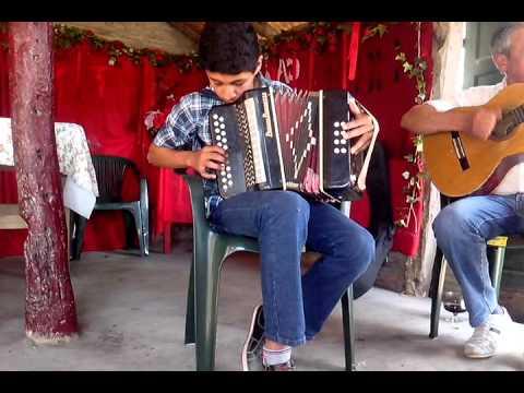 Joven tocando un acordeón de 2 hilera