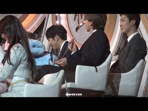 [180110 골든디스크]  아이유 수상 수감 진지하게 경청하는 위너 강승윤   Seungyoon courteously listening to IU Speech