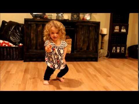 Гледајте го прекрасново девојченце како игра на песна од Тејлор Свифт