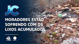 Moradores estão sofrendo com os lixos acumulados nas calçadas, em Juazeiro do Norte