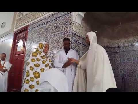 شاهد..سائحة إسبانية تشهر إسلامها خلال صلاة الجمعة بالعيون
