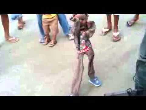 Muñeco bailando el teke teke buenisimo.
