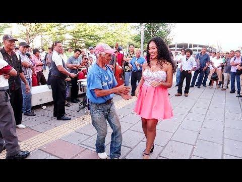 Viejito conquista una mujer joven y no lo pueden creer | El Salvador