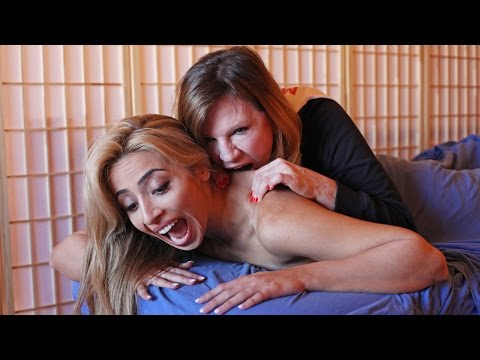 فيديو مثير..امرأة تستخدم تقنية العض لتدليك زبائنها