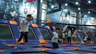 John Huy Trần và nhóm nhảy tại Jump Arena
