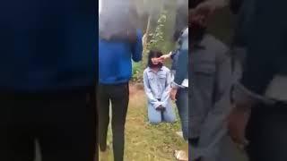 Nữ sinh đánh nhau bắt bạn quỳ gối và tát vào mặt