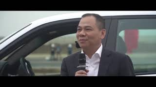 Tỷ phú Phạm Nhật Vượng nói gì sau khi lái chiếc VinFast Lux SA2.0 đầu tiên tại Việt Nam?