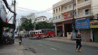Cháy nhà, gặp kẹt xe, lính cứu hỏa bỏ xe xuống chạy bộ cho lẹ - Fire fighter to house fire on foot