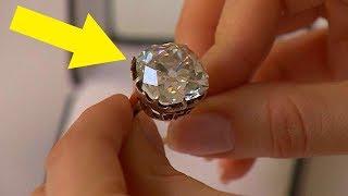 Frau trägt 30 Jahre lang einen 13 $ Ring, schaut erneut und realisiert das sie Millionär ist!