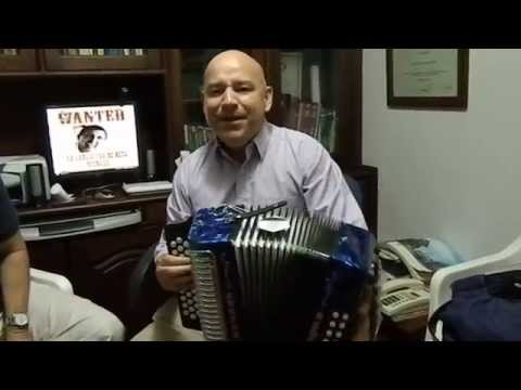 Representante de Honher interpretando Nació mi poesía En el Museo del acordeon Casa Beto Murgas,