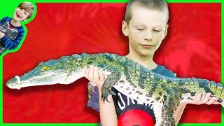 Axel Holds a REAL CROCODILE at the Zoo!!!