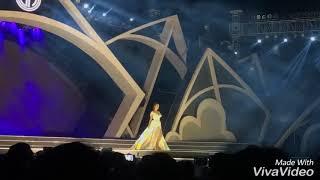 Hoa hậu Kỳ Duyên và hoa hậu Đỗ Mỹ Linh nắm tay nhau catwalk