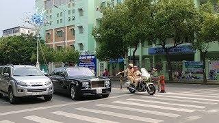 Xe Roll Royce Phantom cản đường xe VIP bị CSGT la - Roll Royce blocked VIP convoy