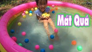 Bé tắm bể phao bơi - Giai  nhiệt  mùa hè bằng Bể bơi mini ở nhà ♥ Dê Con TV ♥