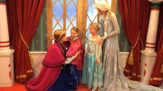 Anna and Elsa meet their twin minis!