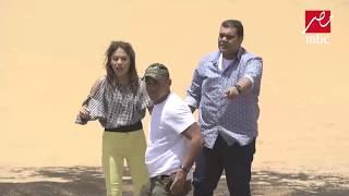 أحمد فتحي ينطق الشهادة بعد وقوعه فى الرمال المتحركة فى رامز تحت الأرض ...