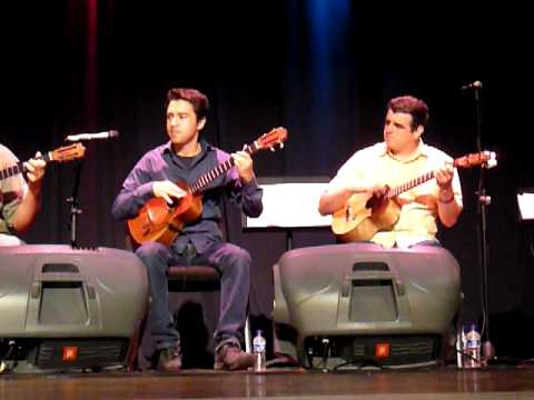 Leo Blanco y C4 trio interpretando
