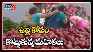 Women fight for onions In AP..