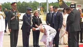Howdy Modi: PM Modi's humble gesture at Houston airport wi..