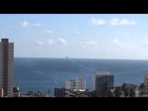 Avião cai durante apresentação na Barra,Salvador-BA