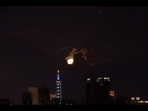 月亮追火星 ~~ 今日傍晚有火星合月,兩個星球同時往右上方向移動 ~