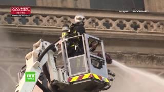 Le combat des pompiers contre l'incendie à l'intérieur de la cathédrale Notre-Dame