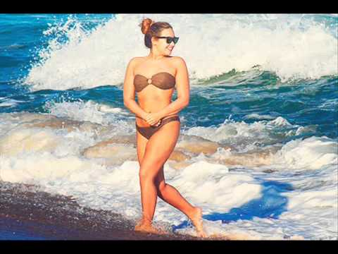 Baixar Demi Lovato- Ela corre na areia da praia.